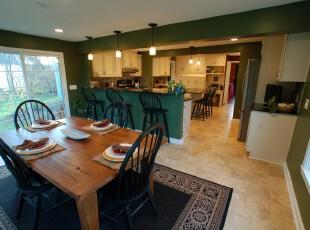现代自然风格餐厅,原木餐桌和深绿色墙面将自然的风光带入室内。,餐厅,现代,田园,餐台,墙面,原木色,黑白,绿色,