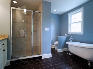 地中海风格卫生间,蓝白主色调渲染出一种柔和浪漫的意境。,卫生间,地中海,蓝色,白色,墙面,