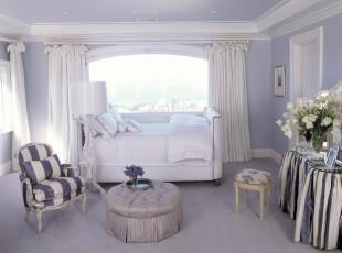 新古典风格卧室,白色、紫色的搭配充满了浪漫情调。,卧室,新古典,小资,窗帘,灯具,墙面,白色,紫色,