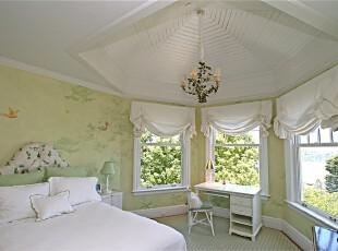 现代田园风格卧室,春意无限。浅绿与白色都是春天的基本色彩,鸟语花香的墙画装饰和户外的蓝天绿树更加深了这种印象。,卧室,现代,田园,小资,墙面,灯具,窗帘,春色,绿色,白色,