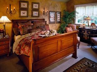 中式古典卧室,原木家具,传统图案纹饰体现出浓郁的古风。为了减少压抑感,房间里还需摆放绿色植物以做点缀。,卧室,中式,相片墙,灯具,墙面,原木色,