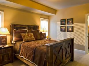 古典欧式风格卧室,古朴的家具显得十分沧桑,很容易将人带入西欧木屋的生活场景。,卧室,欧式,相片墙,灯具,原木色,黄色,