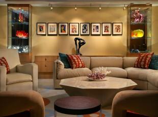 现代风格客厅,整齐的相片墙、玻璃的艺术品收藏柜、多棱角茶几,这些元素无处不彰显出主人的个性主义。,客厅,现代,相片墙,黄色,红色,