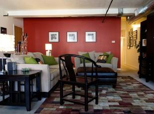 现代风格客厅,在这个空间里,鲜艳和暗沉的色彩能够共存,而且小资、古意、田园这三种风格也融合在一起,这已足够显示出主人的个性主张。,客厅,现代,红色,黑白,绿色,相片墙,灯具,