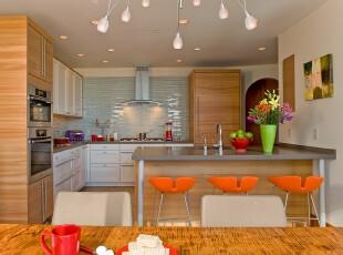 现代原木厨房,原木橱柜给人亲切宜家的感觉,而特殊制作的淡色石砖墙面和个性凳子则透露出一种小清新。,厨房,现代,宜家,小资,灯具,吧台,墙面,原木色,白色,