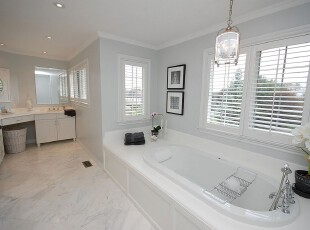 现代简约风格卫生间,白色主色调有一种素雅的美,整体干净大方。,卫生间,现代,简约,宜家,灯具,相片墙,白色,黑白,
