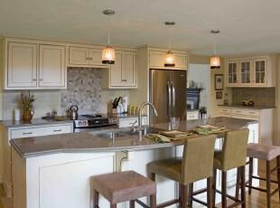 现代宜家风格厨房,淡黄色的主色调柔和温馨,让人感受到家的温暖。宽敞的布局让用餐的心情变得轻松舒适。,厨房,现代,宜家,餐台,灯具,墙面,收纳,原木色,黄色,