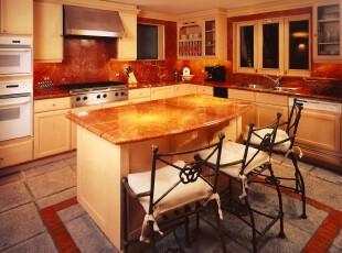 现代主义厨房,红砖墙面和黄色石板餐台在灯光的照射下显得十分华丽。,厨房,餐台,现代,黄色,原木色,黑白,墙面,收纳,