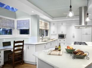 现代白色系厨房,纯洁的白色给空间以整洁干净之感。,厨房,现代,灯具,窗帘,餐台,工作台,收纳,白色,