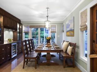 现代原木厨房餐厅,深色的家具感觉沉稳大气,整齐统一的家具摆放也加深了这种印象。,厨房,餐厅,现代,灯具,餐台,窗帘,原木色,春色,绿色,