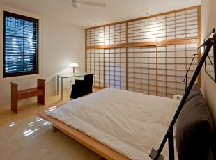 简约日式卧室,仿照日式推拉门的墙面设计,和模仿榻榻米的床铺都体现着浓郁的日本风情。,卧室,日式,简约,墙面,原木色,白色,黑白,