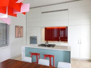 现代主义厨房,在平淡的白色中添加进活力的深红色,是极具个性主义的颜色搭配。,厨房,现代,吧台,收纳,灯具,白色,蓝色,红色,