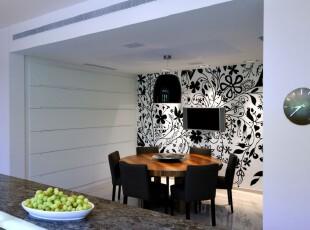 现代简约主义餐厅,黑白花纹的墙面设计使得偌大的房间不会显得太空旷,同时又提升了生活品味。,餐厅,现代,小资,简约,黑白,白色,灯具,墙面,餐台,