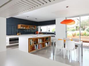 现代简约主义厨房和餐厅,充足的户外光照和完全开放的设计让空间更觉宽敞明亮。,厨房,餐厅,现代,简约,小资,餐台,收纳,灯具,白色,原木色,