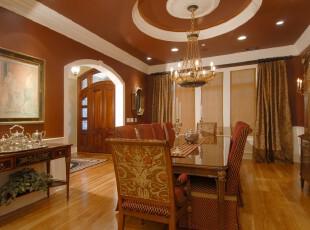 新古典主义餐厅,满室怀旧的原木色让餐厅显得富丽、豪华。,餐厅,新古典,餐台,灯具,墙面,窗帘,原木色,