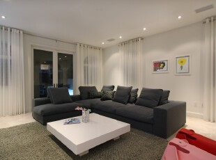 现代简约风格客厅,大户型空间里只摆放少量的家具,更显宽敞。色调上采用纯黑与纯白,对比强烈,也让客厅显得极为大气。,客厅,现代,简约,黑白,绿色,白色,相片墙,窗帘,