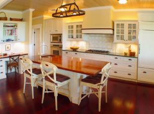 简约欧式主义厨房和餐厅,以象牙白为主色调,红色、原木色为辅助,直接将家具的线条美勾勒出来,简洁又高雅。,厨房,餐厅,简约,欧式,灯具,餐台,收纳,原木色,红色,白色,
