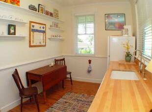 简约风格的厨房,空间有限,一切家具装饰都需精简,这对小户型来说是再合适不过的参考设计。,厨房,简约,宜家,餐台,墙面,原木色,白色,