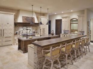 新古典主义厨房,暗沉的原木、沧桑的砖墙、树枝打造的座椅,这些仿古的家具给人一种穿越时间的错觉。,厨房,吧台,新古典,灯具,墙面,白色,原木色,