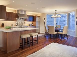 现代简约主义厨房,完全开放的设计和大型窗户让空间更显宽敞明亮。,厨房,餐厅,餐台,现代,简约,吧台,灯具,原木色,白色,