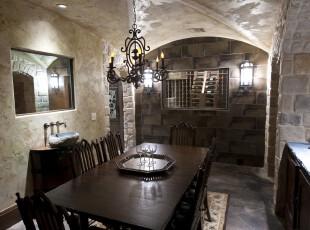 在复古的欧式石屋中进行餐厅的布局,独具特色。,餐厅,欧式,餐台,灯具,墙面,原木色,