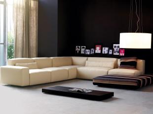 现代简约主义客厅,纯黑的墙面在高空间环境中显得极其大气,并且弥补了客厅因家具精简而产生的空旷感。,客厅,现代,简约,窗帘,墙面,相片墙,灯具,黑白,黄色,