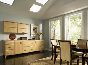 现代宜家风格餐厅,由于家具和地板颜色深沉,所以设计了天窗和大型窗户,让空间更加明亮。,餐厅,现代,宜家,餐台,收纳,墙面,原木色,白色,黄色,