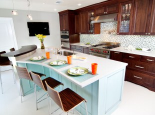 现代主义厨房和餐厅,暗色的橱柜和亮色的餐厅产生强烈的色彩对比,让空间同时具备了典雅和清新两种风格。,厨房,餐厅,现代,餐台,吧台,原木色,蓝色,白色,