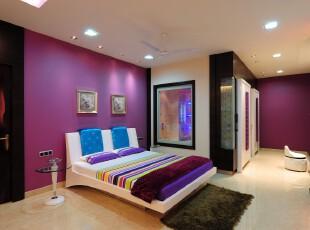 现代简约风格卧室,丰富的色彩应用既充满浪漫情怀又营造出小资的生活情调。,卧室,现代,简约,小资,墙面,相片墙,紫色,黑白,白色,蓝色,