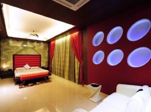 这是将传统中式与现代个性主义混搭在一起的卧室,床具和仿祥云屏风的墙面体现出传统中式风格,但另一面极具个性的红色墙面设计又代表着现代主义,这两种风格的共存将空间和时间都分隔了。,卧室,中式,现代,墙面,窗帘,地台,绿色,红色,白色,黄色,