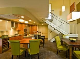 现代田园式餐厅,绿色椅子和原木桌子都具有浓郁的自然气息,开放式的设计也可让心情更加轻松随意。,餐厅,现代,田园,绿色,原木色,餐台,