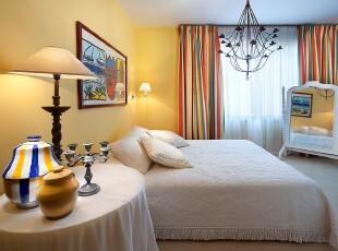 地中海风格卧室,空间弥漫着柔和的自然气息。,卧室,地中海,黄色,白色,蓝色,墙面,窗帘,灯具,