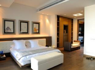 现代简约风格卧室,地台的设计节省了部分家具的摆放空间,完全开放式也让空间更显宽敞。,卧室,现代,简约,相片墙,地台,白色,原木色,
