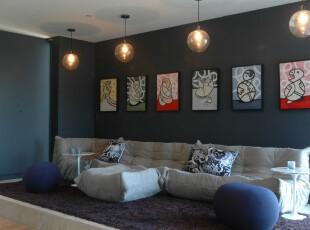 现代主义客厅,蓝白主色给人静谧的感觉,宽大的地台、奇异形状的沙发和俏皮的相片墙让这个客厅充满个性,魅力十足。,客厅,现代,灯具,相片墙,墙面,地台,白色,蓝色,