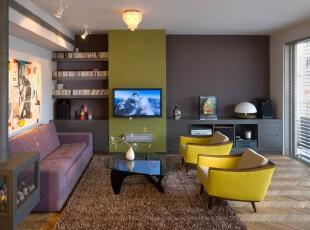 现代主义客厅,设计师选用了非常个性化的颜色:深紫色、暗绿色、亮黄色,并将它们组合在一起,让整个客厅色彩丰富,不落入俗套。,客厅,现代,小资,收纳,墙面,灯具,紫色,黄色,绿色,