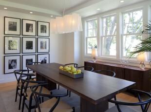 现代简约主义餐厅,整齐统一的相片墙看上去简洁大方,原木餐桌则显得简朴大气。,餐厅,现代,简约,相片墙,灯具,餐台,原木色,黑白,白色,