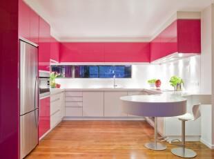 现代个性主义厨房,粉色的橱柜别具特色,弧形的吧台设计很有创意。,厨房,现代,小资,吧台,粉色,白色,原木色,