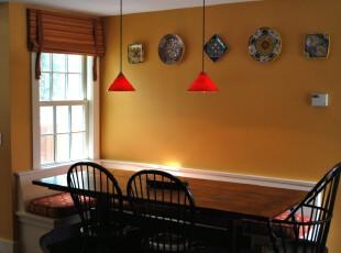 现代中式餐厅,以富含东方神韵的青花瓷装饰来提升高雅的格调和品位。,餐厅,现代,中式,墙面,餐台,窗帘,灯具,黄色,原木色,