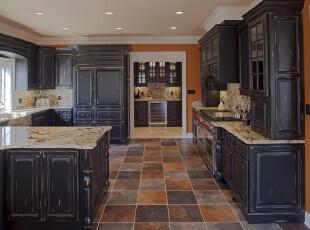 中式古典厨房,大户型和开放设计使得厨房十分宽敞、大气。走进这个选用中式家具和深色方砖地板装饰的空间,一股古朴的历史气息迎面而来。,厨房,中式,餐台,墙面,收纳,原木色,
