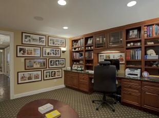 现代主义书房,相片墙富有小资格调,而深色原木书柜容易让人心情沉静,适宜办公或读书。,书房,现代,宜家,相片墙,收纳,工作台,原木色,黄色,