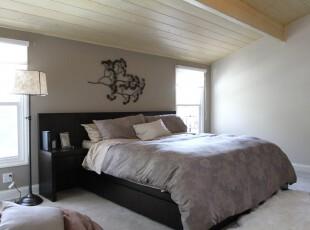 现代简约风格的阁楼,明亮的户外光能减淡灰色系家具的压抑感。,阁楼,卧室,现代,简约,墙面,灯具,黑白,