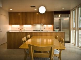 在黄色柔和灯光下烹饪就餐,整个厨房让人有种轻松慵懒的感觉,厨房,餐厅,现代,小资,餐台,墙面,灯具,黄色,原木色,