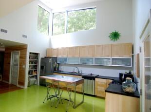 用绿色地板和原木柜台打造一个充满春天气息的厨房,厨房,餐厅,简约,现代,田园,餐台,墙面,绿色,黄色,