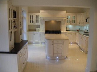 白色的欧式设计让厨房尽显高贵典雅,一盏米黄色射灯,两杯香醇红酒,让你体验一番贵族的生活。,厨房,餐厅,欧式,小资,餐台,吧台,白色,