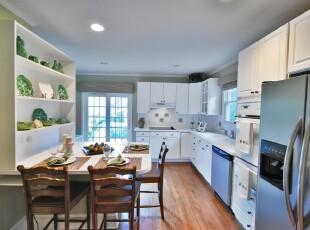白色的设计让厨房显得明亮简约,绿色的装饰品搭配原木色的地板和餐桌,仿佛正在郊外就餐,一种田园气息迎面而来。,厨房,餐厅,现代,简约,田园,餐台,白色,绿色,原木色,