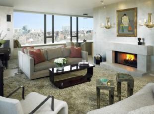 """这是一个多""""空间""""的客厅。灰色调的沙发和柔软的草皮地毯将人带入大草原的臆想空间,回首入眼的却是欧式的灯具和壁炉,但这一点都不突兀,灰色调的墙面将其很好地融合为一个独特的整体。,客厅,现代,灯具,墙面,黑白,"""