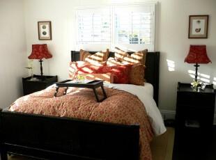 朴实的中式卧室,黑色的家具与白色的墙面所展示的正是一种久远的传统格调。床头边上独特设计的小窗口也让这种传统显得不那么单调。,卧室,中式,灯具,飘窗,白色,黑白,