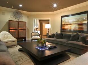 现代简约设计的客厅,深色的家具让整体显得大气十足。,客厅,现代,简约,相片墙,灯具,黑白,黄色,
