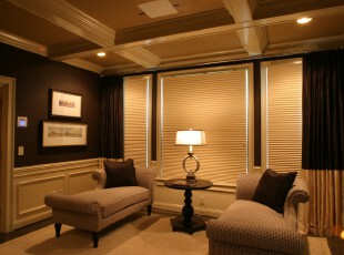 新古典主义客厅,在黄色灯光照射下整体显得典雅大气,绝好的私密性让人能够舒适地享受这份典雅的氛围。,客厅,新古典,窗帘,相片墙,墙面,灯具,原木色,黄色,