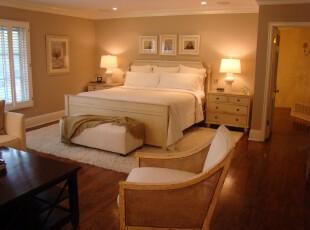 非常舒服温馨的卧室设计,米白色的床和原木色的地板,搭配黄色的灯光,让人心情自然放松,营造出一种静谧的睡眠环境。,卧室,现代,宜家,小资,相片墙,灯具,原木色,白色,